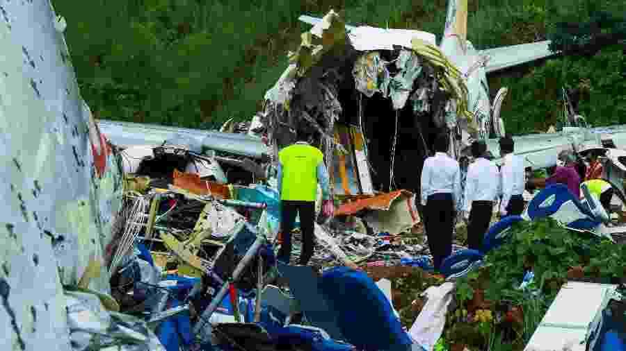8.ago.2020 - Equipes avaliam a aeronave da Air India Express que sofreu um acidente na Índia - Arunchandra Bose/AFP