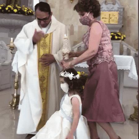 """Padre recebe """"high five"""" de garotinha durante bênção - Reprodução/ Tik Tok"""