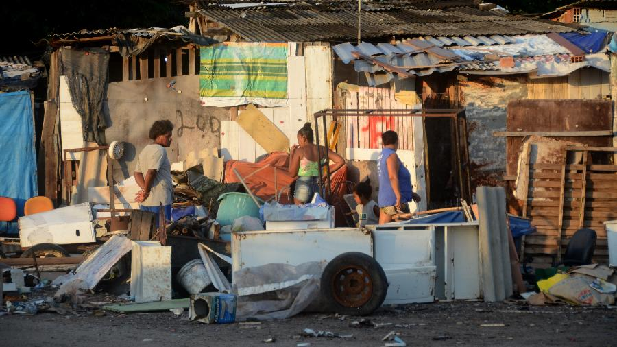 Cadastro do governo federal aponta quase 40 milhões de brasileiros em situação vulnerável. Na foto, moradores da maior favela de Maceió - Beto Macário/UOL