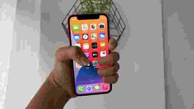 iPhone 12 mini: a pegada do aparelho é mais confortável - Bruna Souza Cruz/Tilt - Bruna Souza Cruz/Tilt