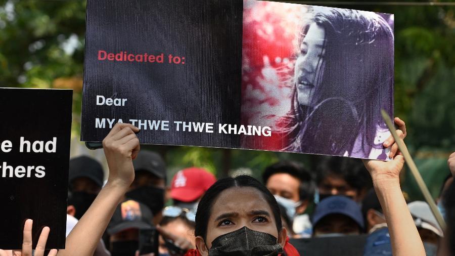 19.fev.2021 - Manifestante segura cartaz com foto de Mya Thwate Thwate Khaing que morreu após ser atingida por um tiro em ato contra golpe de Estado em Mianmar - Sai Aung Main/AFP