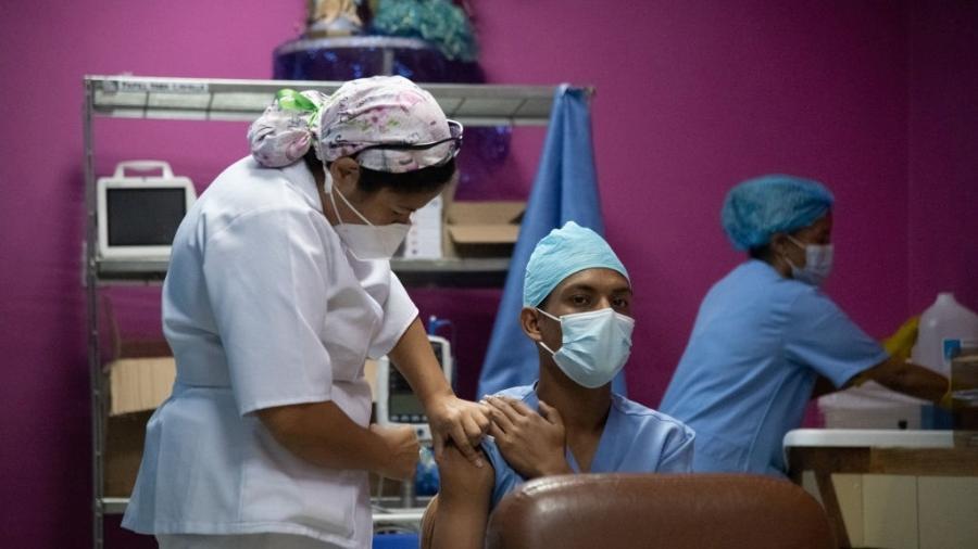 Profissionais de saúde recebem segunda dose da vacina contra covid-19 na Venezuela - Carolina Cabral/Getty Images