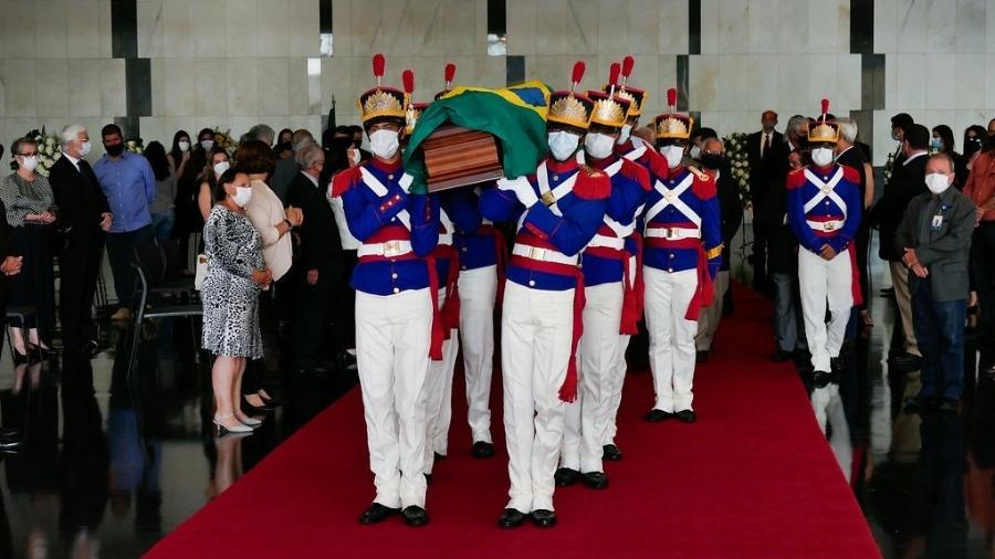 Caixão do ex-vice-presidente Marco Maciel foi carregado por soldados dos Dragões da Independência - Roque de Sá/Agência Senado