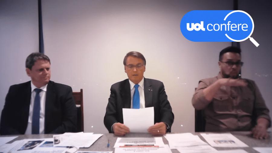 30.set.2021 - O presidente Jair Bolsonaro fala em sua live semanal. À esquerda na imagem está o ministro da Infraestrutura, Tarcísio de Freitas - Arte/UOL sobre Reprodução/YouTube Jair Bolsonaro