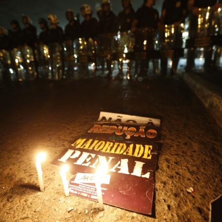 30.jun.2015 - Manifestantes protestam em uma das entradas do plenário da Câmara dos Deputados, em Brasília - Pedro Ladeira/Folhapress