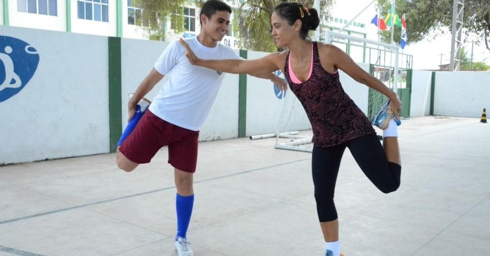 Estudante Jackson Rodrigues Monteiro, 17, participou de atividades de educação física; alongamento é realizado antes de qualquer atividade, em Escola Militar de Maceió