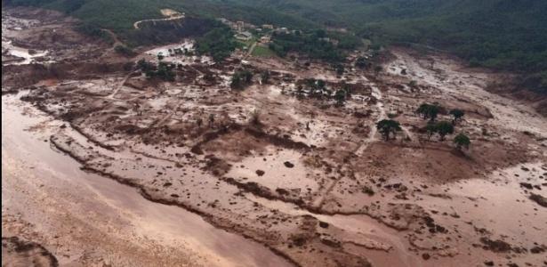 O distrito de Bento Rodrigues, em Mariana, foi devastado pela lama das barragens - Corpo de Bombeiros de Minas Gerais