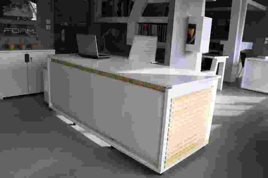 Um estúdio grego de design projetou uma mesa de escritório que vira uma cama. Clique nas imagens acima para ver as etapas da transformação - Reprodução