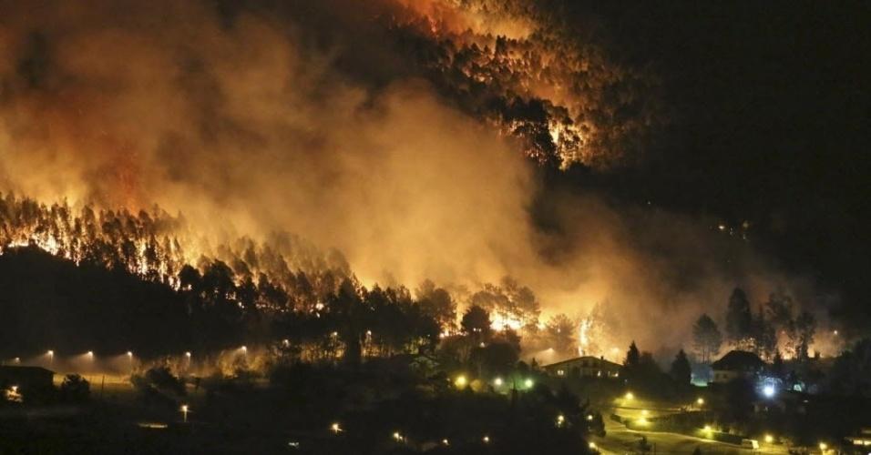 27.dez.2015 - Forte incêndio florestal atinge a região da cidade de Berango, no País Basco, na Espanha