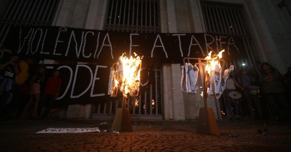 28.jan.2016 - Manifestantes queimam catracas feitas de papelão em frente à Prefeitura de São Paulo, no centro da capital paulista, durante sétimo ato contra o aumento da tarifa do transporte público em São Paulo