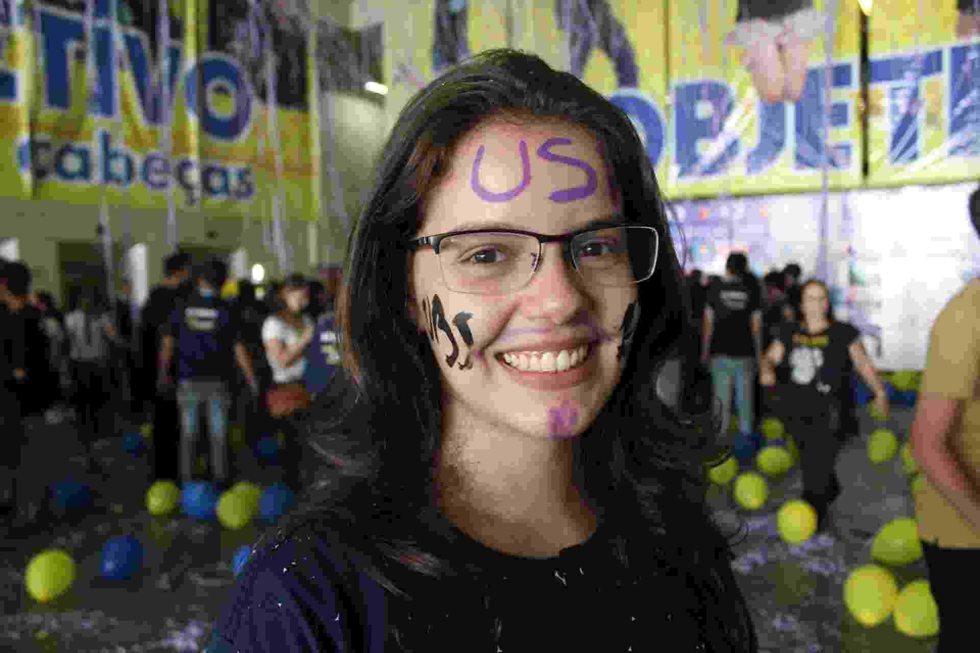 """2.fev.2016 - Anna Carolina Scognamiglio, 18, foi aprovada em relações públicas na USP. """"Estudava até à noite. Sábado e domingo acordava umas 5h da manhã para estudar. Passava o dia todo"""", diz - Lucas Rodrigues/UOL"""