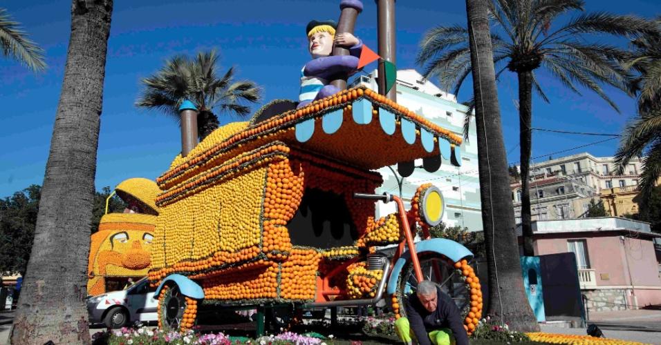 10.jan.2016 - As esculturas têm temas variados de cinema - esta aqui é do filme 'La Strada'. Cerca de 140 toneladas de limões e laranjas foram utilizadas