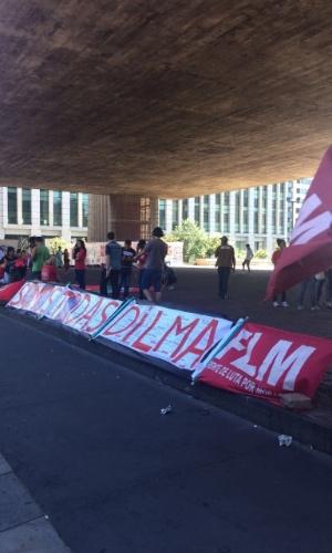 18.mar.2016 - Manifestantes a favor do governo Dilma Rousseff começam a se concentrar no vão livre do Masp, na avenida Paulista. Um ato pró-governo está marcado para a tarde desta sexta-feira