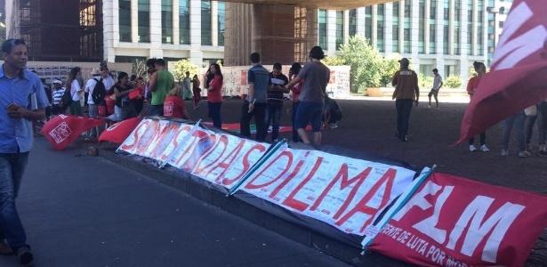 Manifestantes pró-Dilma já se concentram no vão livre do Masp - Aline Rocha/UOL