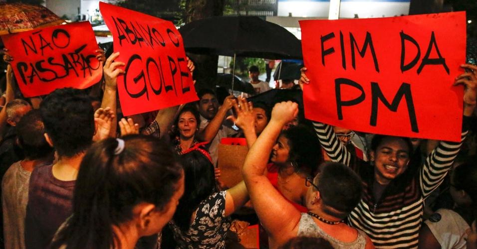 23.mar.2016 - Manifestantes protestam contra o
