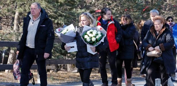 Familiares de vítimas do acidente com o avião Germanwings chegam para cerimônia no memorial em Le Vernet, na França