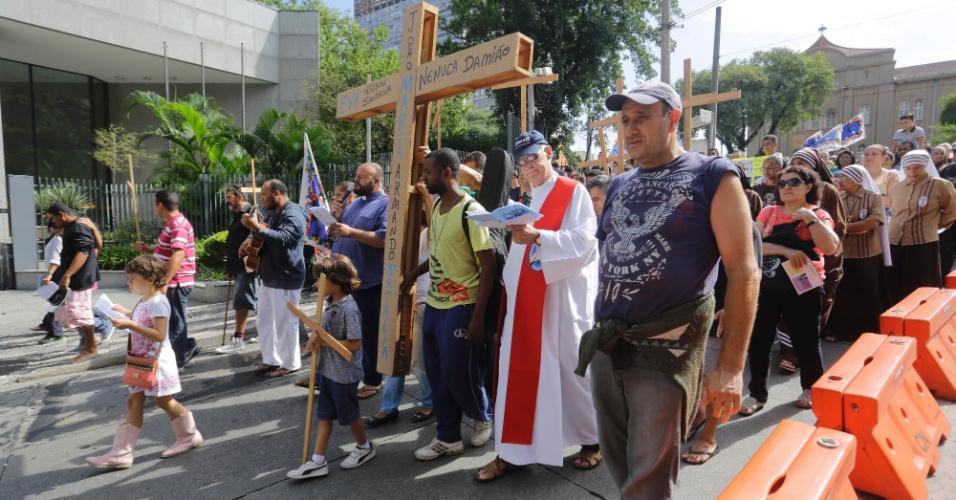 25.mar.2016 - Moradores de rua e entidades católicas realizam a Via Sacra do Povo da Rua pelas ruas e avenidas do centro de São Paulo, em celebração da Sexta-feira Santa