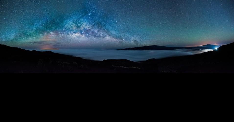 1°.abr.2016 - A fotografia da Via Láctea foi feita da montanha mais alta do Havaí, Mauna Kea (4.208 m), mostrando campos de lava da Ilha Grande