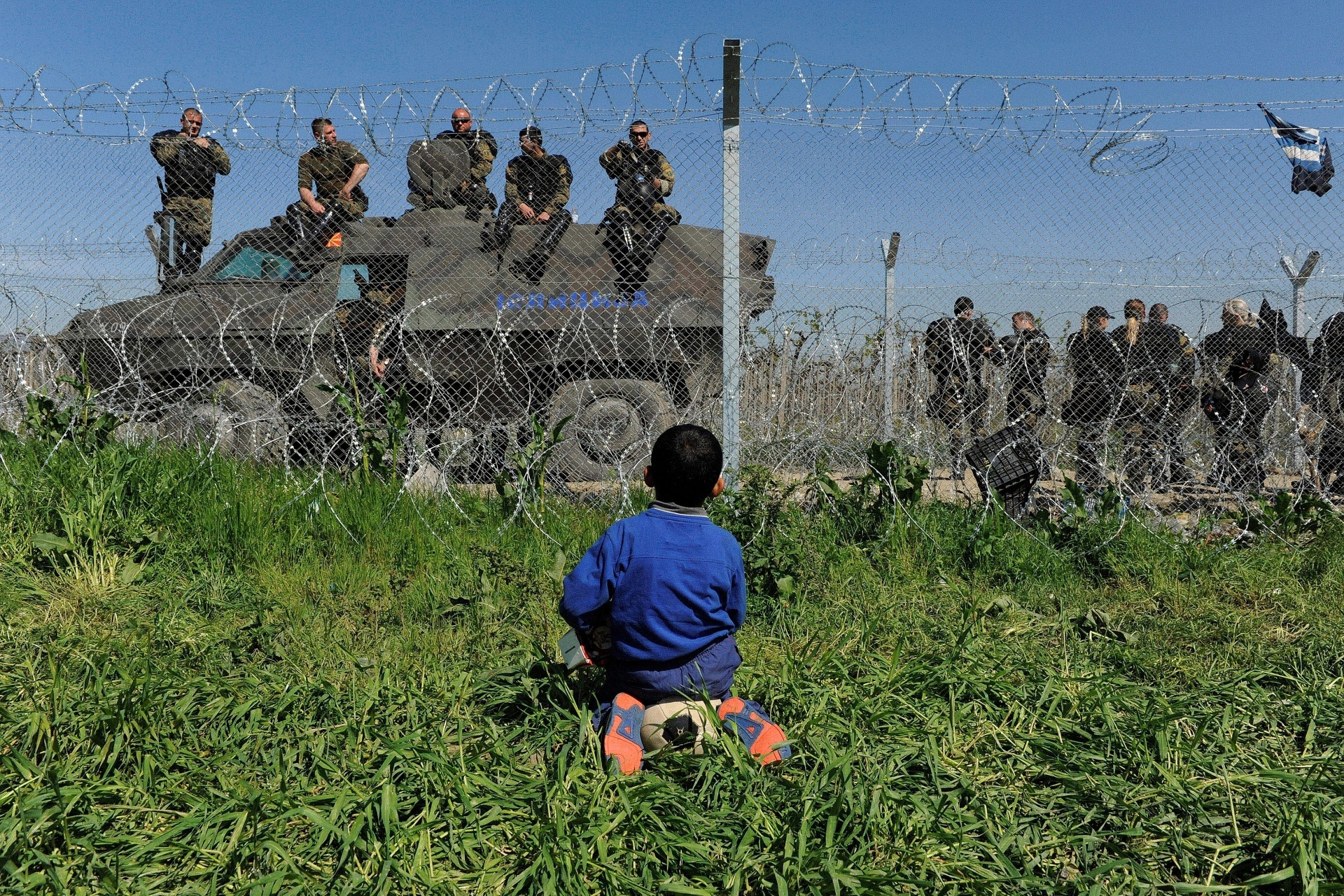 12.abr.2016 - Cerca marca a fronteira entre a Macedônia e a Grécia no campo improvisado de refugiados na vola grega de Idomeni. Um recente acordo assinado entre a União Europeia e a Turquia prevê a deportação de migrantes ilegais que entraram na Europa