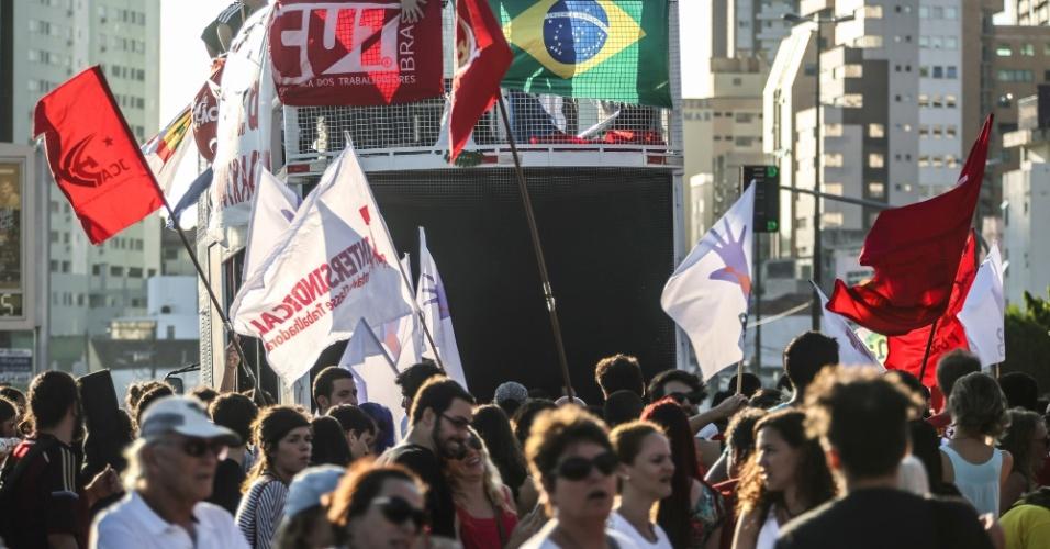 15.abr.2016 - Manifestantes ligados a centrais sindicais e movimentos sociais e populares participam de ato a favor da democracia e contra o impeachment da presidente Dilma Rousseff, no centro de Florianópolis nesta sexta-feira