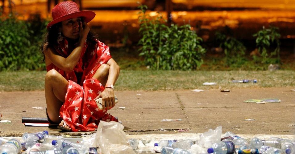 17.abr.2016 - Sozinha, manifestante permanece em seu lugar lamentando a derrota da presidente Dilma Rousseff na Câmara, após a votação dos deputados que aprovou seu processo de impeachment, em frente ao Congresso Nacional, em Brasília