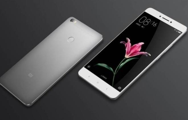 10.mai.2016 - A Xiaomi apresenta seu mais novo smartphone, batizado de Mi Max. Com tela de 6,44 polegadas, o aparelho tem apenas 7,5 milímetros de espessura e pesa 203 gramas.Fabricado com corpo de metal, o smartphone vem em versões com processador Snapdragon 650 e 652, 3GB ou 4GB de RAM e até 128GB para armazenamento via microSD. A câmera traseira é de 16MP e a dianteira, de 5MP, mas com angulação de 85º - que permite tirar selfies com campo de visão amplificado