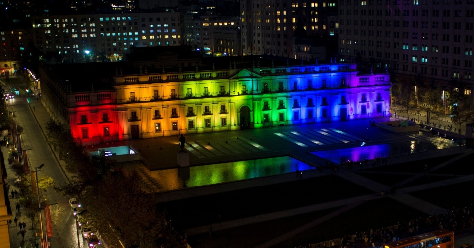 17.mai.2016 - Em Santiago, Palácio de La Moneda, sede da Presidência da República do Chile, é iluminado com as cores do arco-íris para comemorar o Dia Internacional contra a Homofobia e Transfobia
