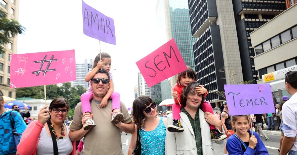 """29.mai.2016 - Família participa da 20ª Parada do Orgulho LGBT, neste domingo, em São Paulo. O grupo exibe placas que, juntas, formam #AmarSemTemer. O tema desta edição é """"Lei de identidade de gênero, já! - Todas as pessoas juntas contra a Transfobia!"""""""