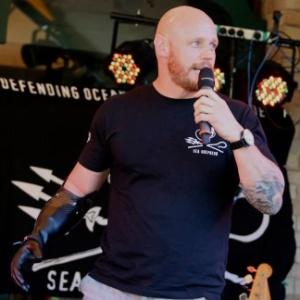 Megulhador militar perdeu mão direita e parte de uma perna em incidente no Porto de Sydney, mas hoje viaja pelo mundo como palestrante motivacional