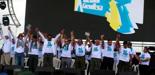 Membros das Farc abrem a conferência que referendou a paz negociada com o governo da Colômbia
