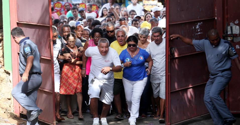 2.out.2016 -  Eleitores correm para votar em abertura da escola Manoel Vitorino, em Salvador