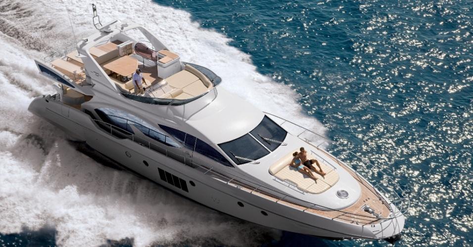 Iate Azimut 70 com decoração assinada pela marca italiana Armani, da Azimut Yachts