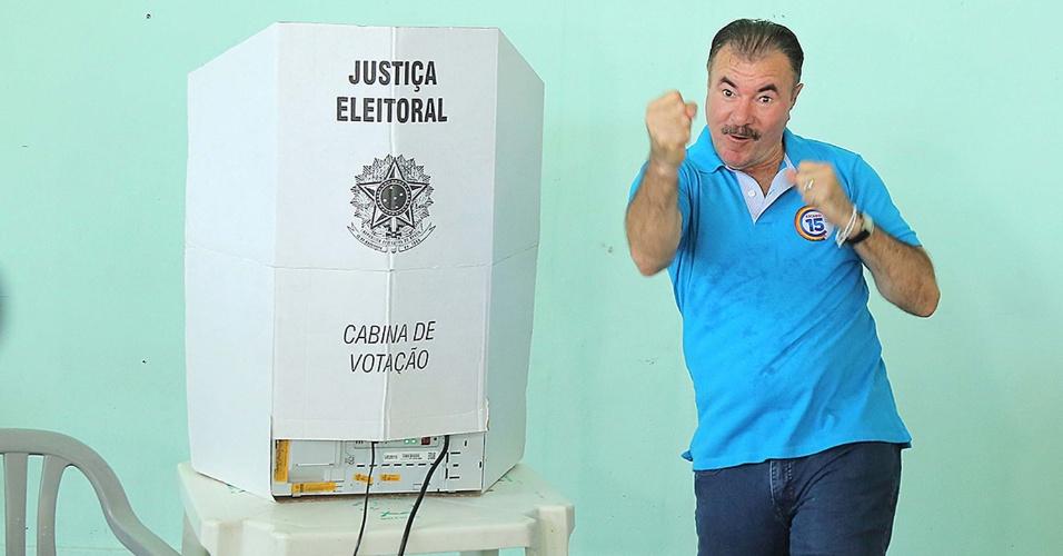 30.out.2016 - O candidato do PMDB à prefeitura de Maceió, Cícero Almeida, vota no Iate Clube Pajussara, na orla da Pajuçara, em Maceió (AL)