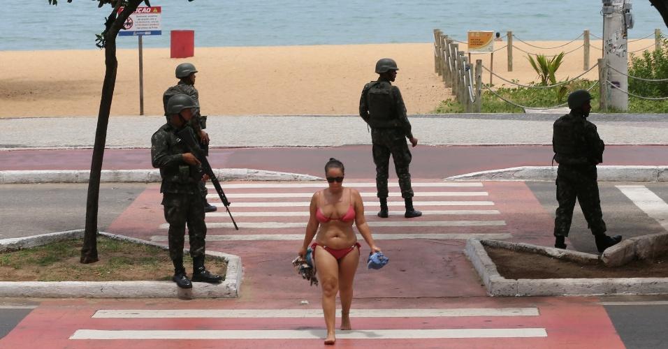 8.fev.2017 - Mulher caminha próximo à praia em Vitória, onde membros do Exército fazem patrulhas de segurança