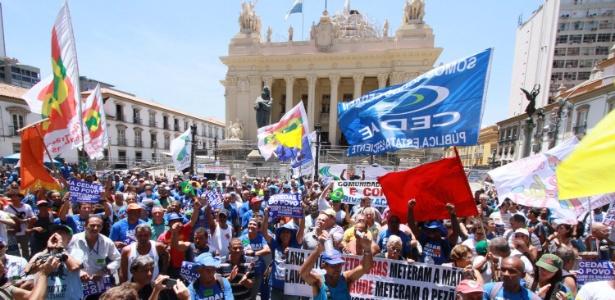 20.fev.2017 - Manifestantes protestam em frente à Alerj (Assembleia Legislativa do Rio) durante a votação do projeto de lei que autorizou a privatização da Cedae - José Lucena/Futura Press/Estadão Conteúdo