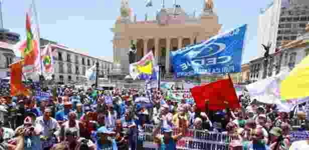 20.fev.2017 - Manifestantes protestam em frente à Alerj contra privatização da Cedae - José Lucena/Futura Press/Estadão Conteúdo