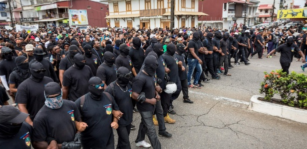 28.mar.2017 - Grupo ativista Coletivo de 500 Irmãos protesta em Caiena, capital do país