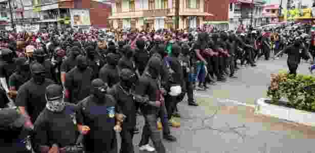 28.mar.2017 - Grupo ativista Coletivo de 500 Irmãos protesta em Caiena, capital do país - Jody Amiet/AFP