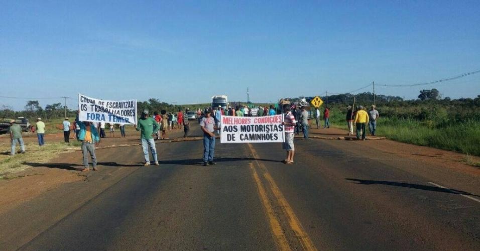 31.mar.2017 - A BR-452, em Uberlândia, foi bloqueada por caminhoneiros que protestavam contra a reforma da Previdência e a terceirização no mercado de trabalho