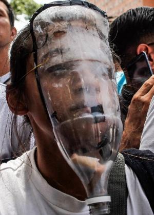 4.abr.2017 - Manifestante usa máscara antigás improvisada durante protesto em Caracas, na Venezuela