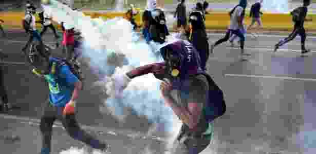 24.abr.2017 - Opositores venezuelanos em confronto com a polícia durante protesto contra o presidente Nicolas Maduro em Caracas - Ronaldo Schemidt/AFP - Ronaldo Schemidt/AFP