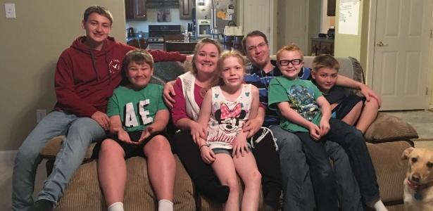 Mike e Heather Martin ao lado dos filhos
