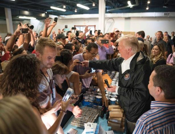 3.ou.2017 - O presidente dos EUA, Donald Trump, distribui suprimentos para as pessoas afetadas pelo furacão Maria em Porto Rico