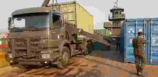 Militares desembarcam veículos para exercício militar na Amazônia - Exército / Divulgação