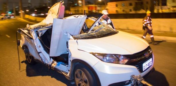 Caminhão trafegava pela avenida do Estado, no sentido Santana, atingiu a estrutura do viaduto e pedaços de concreto caíram sobre o veículo