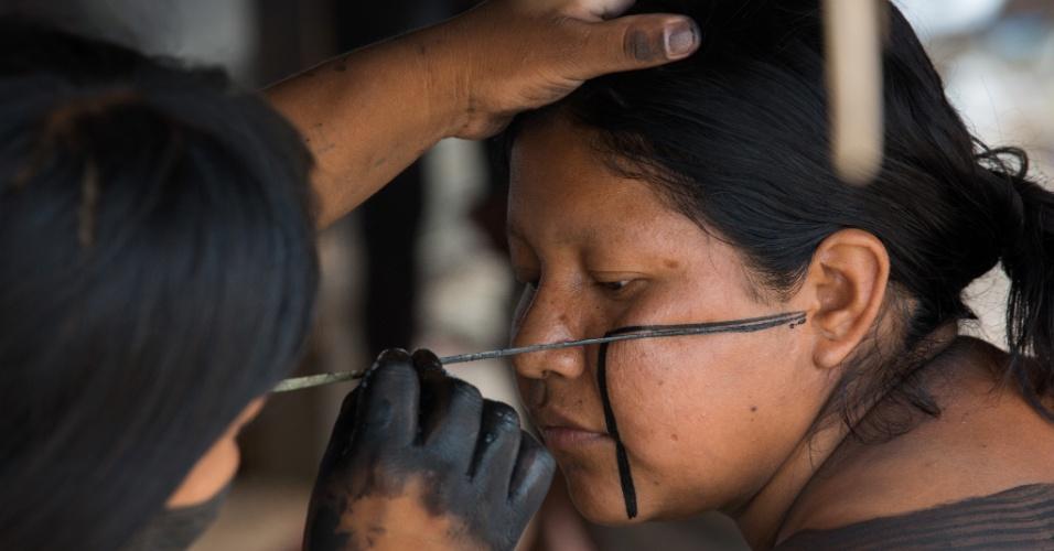 1º.dez.2017 - As xikrins produzem um tipo de tinta a partir do jenipapo e carvão. Para fazer os desenhos, elas utilizam palha e pedaços de madeira