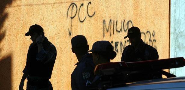 Pichação do PCC em muro de São Paulo