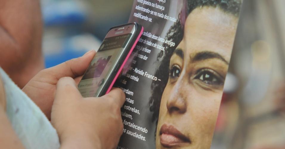 20.mar.2018 - Manifestante segura panfleto estampado com a foto de Marielle Franco --assassinada junto ao motorista Anderson Gomes na última quarta-feira (14)-- durante missa e ato ecumênico no sétimo dia de morte da vereadora do PSOL realizados na Candelária, região central do Rio de Janeiro