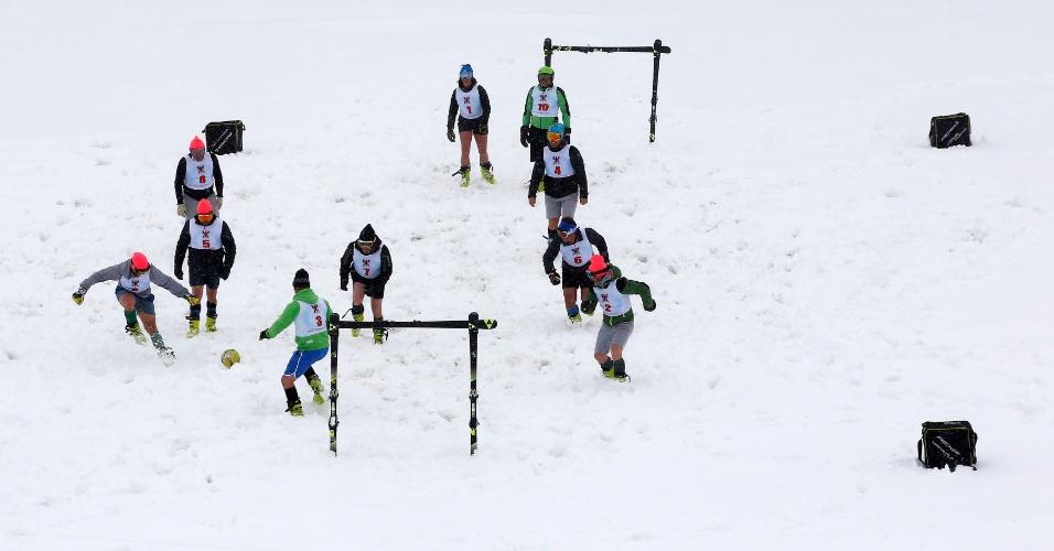 14.maio.2018 - Professores de ski jogam futebol na neve em Sestriere, na Itália