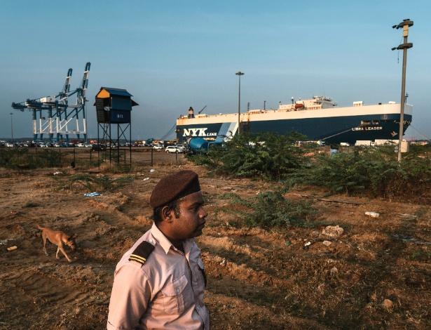 Segurança vigia porto de Hambantota, no Sri Lanka - Adam Dean/The New York Times